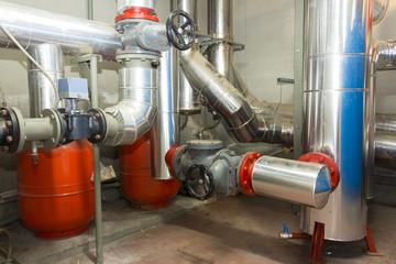 Valvole e tubazioni impianto idraulico in centrale termica
