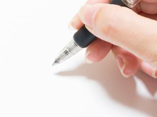 ボールペンを持つ女性の手
