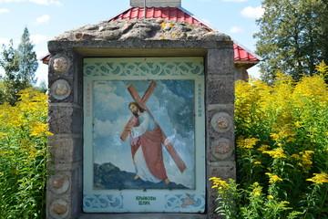 Картина в парке. Иисус несет свой крест.