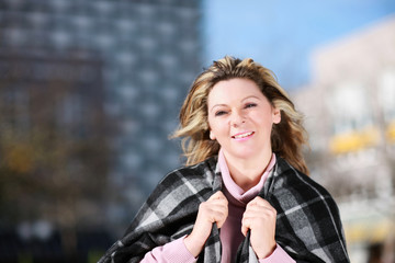 Gepflegte, attraktive Frau mittleren Alters schaut lächeln in Kamera