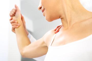 Masaż barku. Lekarz ortopeda bada ramie pacjentki