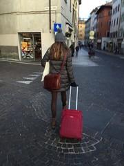 donna in  viaggio con valigia portare valigia