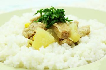 danie wegańskie z kaszą i kotletami sojowymi z ananasem