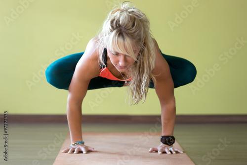 """""""Urdhva Kukkutasana yoga pose"""" Imagens e fotos de stock ..."""