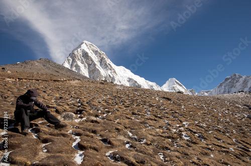 Wall mural Sherpa Resting at Pumori Peak - Nepal