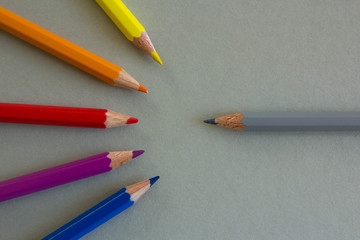 sechs verschiedenfarbige Buntstifte
