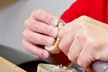 Zahntechniker fertigt Zahnprothese