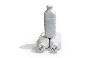 Drei Flaschen frische Vollmilch auf weißem Hintergrund