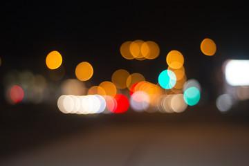Strasse, Autoverkehr, nachts, Rücklichter an der Ampel mit Gegenlicht.