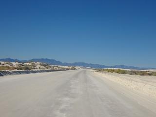 Route sableuse au milieu des dunes