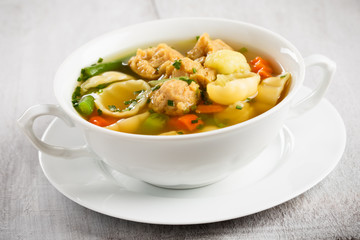 vegane Nudelsuppe mit Sojafleisch - vegan noodle soup with soy c