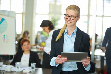 Lächelnde Frau im Büro mit Tablet PC