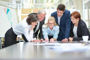 Zusammenarbeit vom Business Team im Konferenzraum