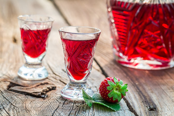 Fresh liqueur with strawberries and alcohol Fototapete