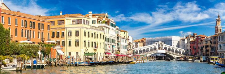 Obraz Gondola at the Rialto bridge in Venice - fototapety do salonu