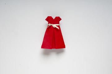 modellino di carta di abitino rosso  augurale per Natale o capodanno su  fondo scuro