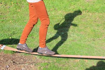 Frau beim Slacklinen in einem Park