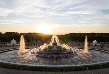 Spoed Fotobehang Fontaine Coucher de soleil sur la fontaine du Jardin de Versailles