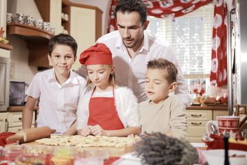 Fototapeta Tata i dzieci podczas przygotowań świątecznych.  obraz