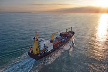 navire au coucher du soleil vu d'hélicoptère