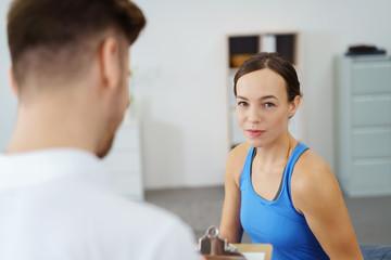physiotherapeut macht sich notizen zu einer patientin