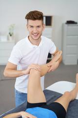 therapeut behandelt eine patientin mit schmerzen am knie