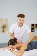 physiotherapeut massiert eine patientin