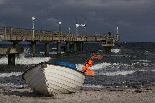 Fischerboot am Strand und Seebrücke in Rerik an der der Ostsee