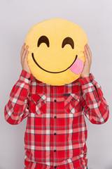 Niño con cojín de smile feliz.