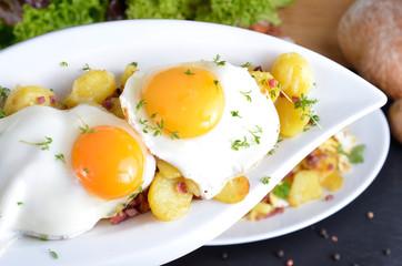 Zwei Spiegeleier mit Bratkartoffeln