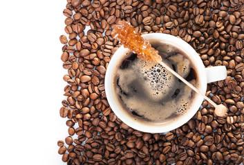 filiżanka czarnej kawy na tle ziaren kawy