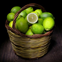 cesto di limoni verdi
