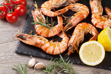Zelfklevend Fotobehang Schaaldieren Grilled shrimps on stone plate