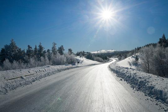 Gefrorene Straße in Schweden