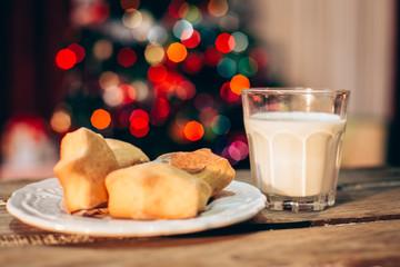 Kekse und Milch auf einem Holztisch