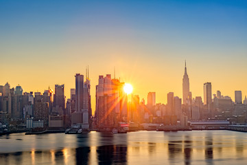 Fototapete - Midtown Manhattan skyline at sunrise, as viewed from Weehawken, along the 42nd street canyon
