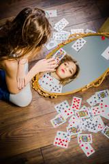 Alice devant ou derrière le miroir