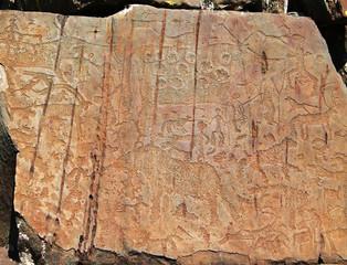 Петроглифы наскальные рисунки с изображением людей и животных в горах Алтая