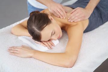 entspannte frau bei einer massage im spa