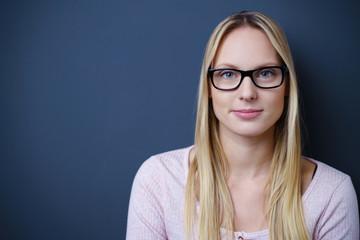 lächelnde junge frau mit brille und blonden langen haaren