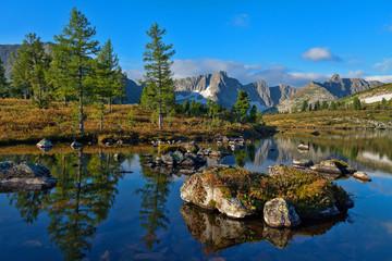 Отражение неба и деревьев в горном озере