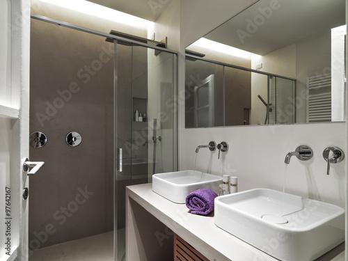 """Moderno bagno con due lavabi e vasca da bagno"""" stock photo and ..."""