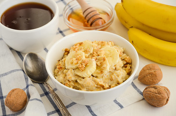 Oatmeal porridge with banana, honey and walnuts