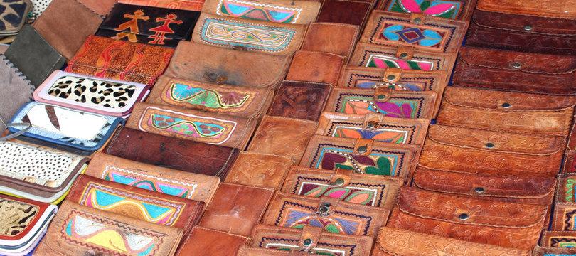 Portefeuilles en cuir sur le marché de Pushkar / Inde