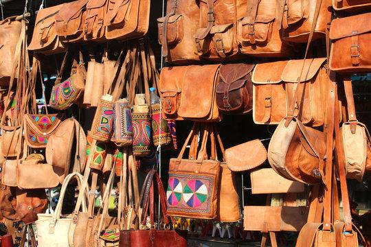 Articles en cuir sur le marché de Pushkar / Inde