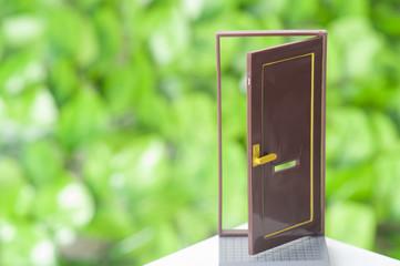 緑の背景と扉