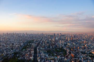 夕日に照らされる大阪