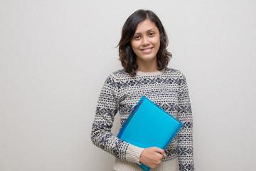 ファイルを持つ若いフィリピン女性
