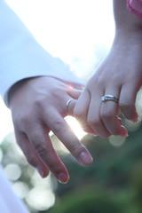 手を繋ぐ夫婦/男女が手をつないでいる様子