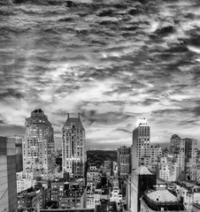 Fototapete - Stunning black and white rooftop view of New York skyscrapers